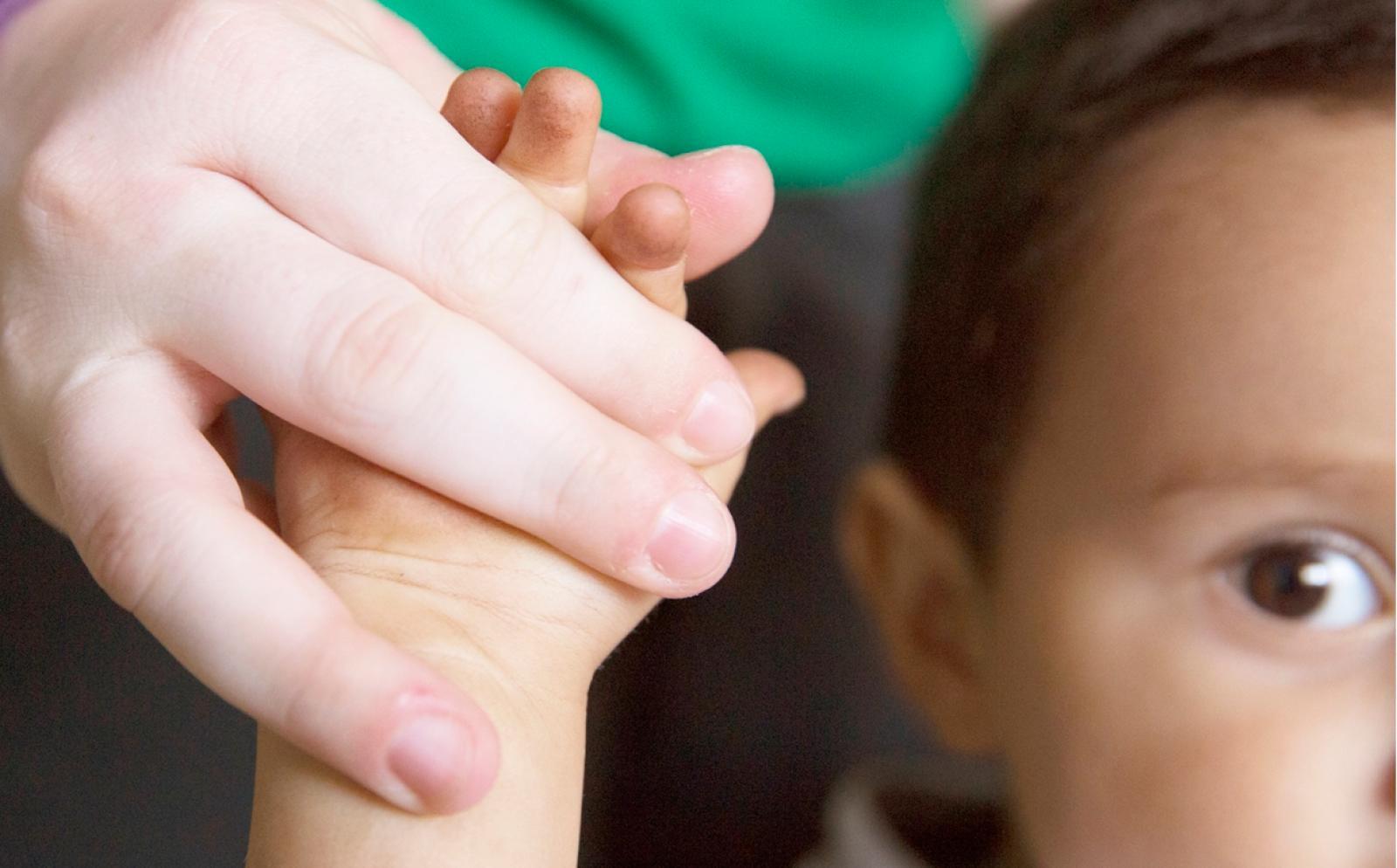 チャイルドケアボランティアにつかまる幼い子供